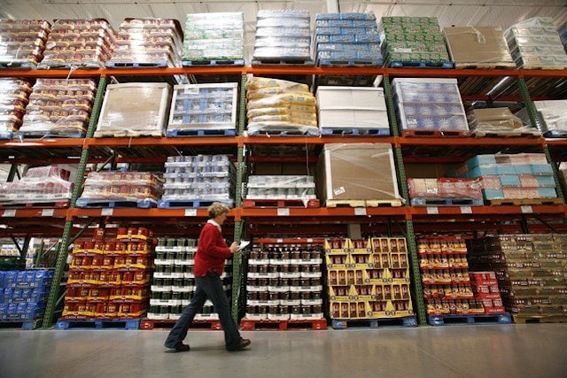 Difference between wholesalers retailers and distributors 3
