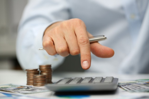 How to calculate the annual income of a wage earner who earns hourly